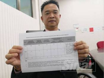 Teo Kok Seong menunjukkan statistik papan iklan haram di sepanjang Lebuhraya PLUS.