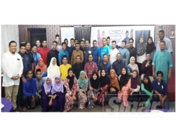 Mohd Asmirul (duduk tengah) bergambar bersama seluruh pimpinan dan atlet Persatuan Angkat Berat Kedah Darul Aman selepas Majlis Iftar 2019 di Restoran Anjung Kuala, Kuala Kedah, semalam.