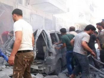 Seorang kanak-kanak ditarik keluar daripada sisa runtuhan bangunan yang runtuh dibedil jet rejim Bashar di wilayah Idlib semalam.
