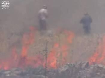 Dua pendatang Yahudi dirakam menyalakan api di kawasan semak di Tebing Barat minggu lalu.