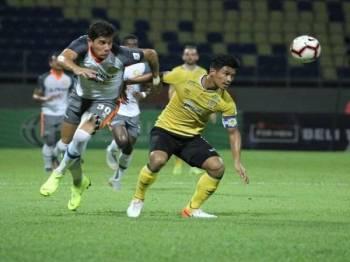 Pemain import PKNP FC, Guancarlo Lopez cuba melepasi kawalan pertahanan Perak baru-baru ini. - Foto PKNP FC