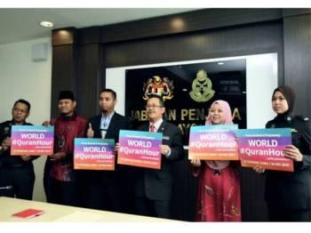 Ketua Pengarah Jabatan Penjara Datuk Seri Zulkifli Omar (tiga kanan) bersama kakitangan Pejabat Penjara selepas sesi temubual bersama media berkenaan pendekatan Al-Quran dan penyertaan Program World #QuranHour kepada banduan di Ibu Pejabat Penjara Malaysia. - Foto Bernama
