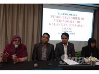 Dr Hafiz (dua, kanan) bersama Asiah (kanan) pada sidang media pembuli siber di Hotel De Art, Seksyen 7,di sini, hari ini.