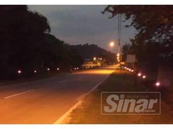 Suasana meriah di sekitar kawasan kampung di Bukit Tengah apabila pelita mula dipasang di tepi jalan.