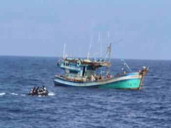 Bot nelayan Vietnam yang ditahan kapal KD Handalan kerana menceroboh dan menangkap ikan tanpa kebenaran dalam kawasan perairan negara.