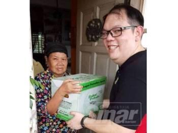 Gambar ADUN Pulau Tikus Chris Lee Chun Kit yang mengagihkan hamper zakat di Pulau Tikus mendapat kecaman pelbagai pihak.