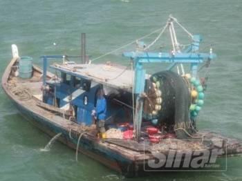 Bot nelayan tempatan yang ditahan kerana aktiviti penangkapan ikan di kawasan tidak dibenarkan.