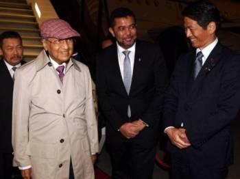 Tun Dr Mahathir Mohamad (dua, kiri) disambut oleh Timbalan Menteri Luar Datuk Marzuki Yahya (dua, kanan) dan Duta Besar Malaysia ke Jepun Datuk Kennedy Jawan (kiri) sejurus tiba di Lapangan Terbang Antarabangsa Haneda malam ini, untuk lawatan kerja selama tiga hari ke Jepun bagi menghadiri Persidangan Antarabangsa ke-25 Mengenai Masa Depan Asia atau Persidangan Nikkei. Foto: Bernama
