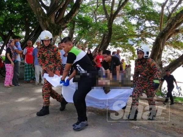 Mayat warganegara Thailand ditemukan terapung di dalam Sungai Kelantan diusung anggota bomba Wakaf Bharu dan polis untuk dihantar ke Hospital Tumpat.
