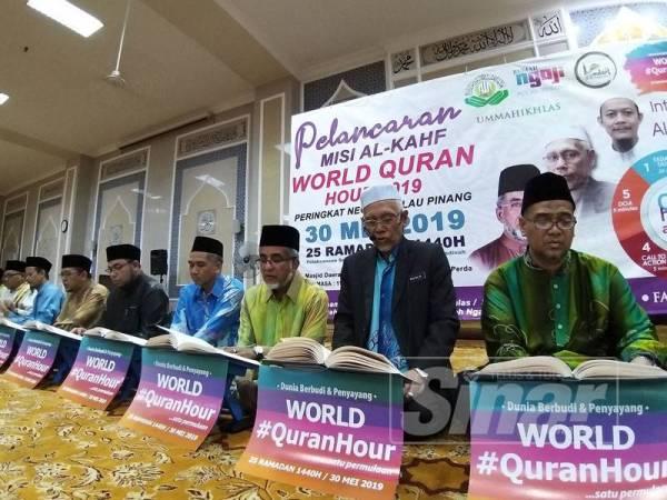 Abdul Malik (tiga, kanan) bersama Wan Salim (dua, kanan) turut serta membaca surah Al Kahfi hari ini.