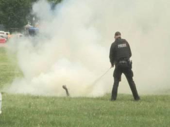 Polis segera memadam api yang membakar tubuh lelaki tersebut.