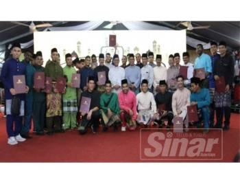 Ahmad Faizal bergambar bersama pemain serta pegawai skuad Liga Super Perak pada majlis berkenaan semalam.