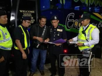 Kamarulzaman (dua dari kanan) melakukan pemeriksaan terhadap pemandu bas ketika pemeriksaan bas ekspres sempena Op Selamat 15/2019 di Terminal Bas Kuantan di sini malam tadi.
