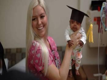 Seorang jururawat memegang Saybie pada hari bayi itu dibenarkan keluar dari Hospital Wanita dan Bayi Sharp Mary Birch, awal bulan ini. - Foto AFP