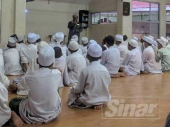 Pelajar Madrasah Mazahirul Ulum Bukit Choras khusyuk mendengar ceramah yang disampaikan.