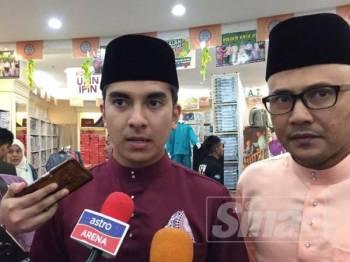 Syed Saddiq bersama Ketua Pegawai Strategi Kumpulan Jakel, Mohd Fuad Ahmad (kanan) selepas majlis sumbangan Jakel Raya kepada golongan asnaf di Jakel Mall hari ini.