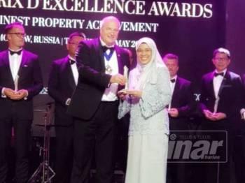 Norita (kanan) mewakili PKNS menerima anugerah berkenaan di Golden Palace, Moscow, Russia.