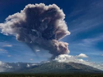 Debu tebal setinggi lebih 2,000 meter yang dimuntahkan Agung hari ini.