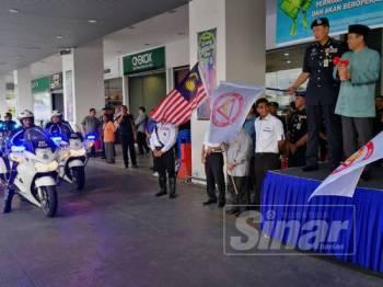 Abdul Yunus (dua dari kanan) menyempurnakan upacara 'flag off' jentera dan kenderaan agensi kerajaan terlibat Ops Bersepadu bersempena perayaan Aidilfitri di seluruh Perak sambil diiringi Hong Shuan (tiga dari kanan).