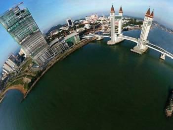 Pemandangan udara menggunakan teknik 360 darjah di sekitar Jambatan Angkat (Drawbridge) Kuala Terengganu City Centre (KTCC) yang menjadi mercu tanda terbaharu Terengganu yang menyambungkan antara Kuala Terengganu dan Kuala Nerus ketika tinjauan baru-baru ini. Foto: Bernama