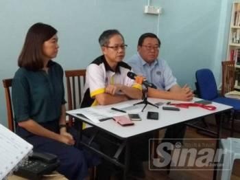 Boon Chye (tengah) ketika sidang media yang turut disertai Thomas dan Sandrea di Pejabat Ahli Parlimen Gopeng, di sini hari ini.