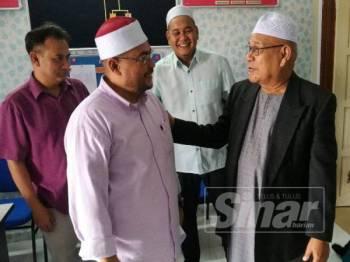 Mujahid (kiri) berbual mesra dengan Pengasas Pusat Pengajian Tahfiz Al-Hidayah, Yunus Alias(kanan) sewaktu mengadakan lawatan ke pusat tahfiz itu di Simpang Lima, Parit Buntar hari ini.