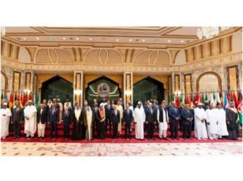Simbol kesatuan...  Pemerintah Arab Saudi, Raja Salman (di tengah) yang merupakan Pengerusi Sidang Kemuncak OIC di Makkah bergambar bersama barisan ketua-ketua negara dan wakil ketua kerajaan OIC di Istana Al-Safa, Makkah pada tengah malam 31 Mei 2019. - Foto spa.gov