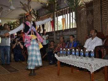 Menteri Komunikasi dan Multimedia Gobind Singh Deo dipersembahkan dengan tarian tradisional kaum Bidayuh iaitu 'Belangi' pada Program Pemimpin Bersama Rakyat di Kampung Mujat, Mongkos dekat Serian hari ini. Foto: Bernama