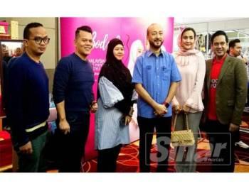 Usahawan Mood Republik Kedah Raya mengambil peluang merakamkan kenangan bersama Mukhriz (tiga dari kanan) ketika beliau meninjau gerai jualan dan pameran di sini hari ini.