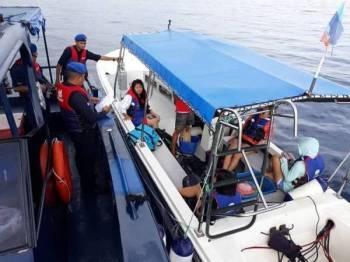 Anggota dan Pegawai PPM Semporna melakukan pemeriksaan dokumen ke atas bot penambang dan pelancong. - FOTO PPM SEMPORNA