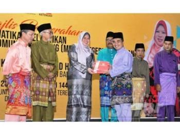 Rina menyampaikan watikah pelantikan MPKK kepada wakil lapan daerah di negeri ini pada majlis penyerahan watikah itu di di Pusat Komuniti Desa (PKD) Terengganu, Bandar Al Muktafi Billah Shah (AMBS) Dungun hari ini.