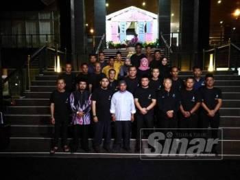 Dr Khairuddin bersama kakitangan Duyong Marina & Resort menyertai program Singgah Sahur.