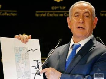 Netanyahu dengan angkuh menunjukkan peta menunjukkan Bukit Golan sebagai wilayah Israel yang turut tertera tandatangan Trump.