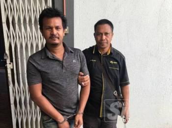 Faramis Yahkoh, 35, (kiri) dikawal polis keluar dari Mahkamah Sesyen sebaik selesai pertuduhan rasuah terhadapnya tadi.