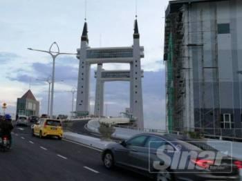 Jambatan angkat Kuala Terengganu mula dibuka kepada orang awam bermula hari ini.