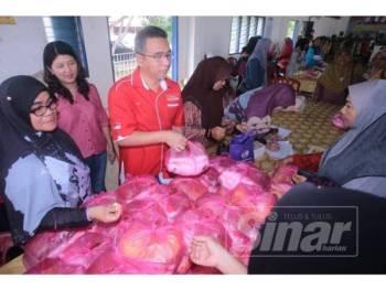 Ketua Menteri, Adly Zahari menyerahkan sebahagian barangan jualan di program Pasar Harapan Rakyat D'Ambang Aidilfitri di Dewan Majlis Bandaraya Melaka Bersejarah (MBMB) Telok Mas, di sini, hari ini.