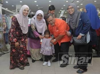 Aminolhuda (dua dari kanan) sewaktu program Shopping Raya bersama anak yatim dan keluarga miskin di Jakel Batu Pahat.