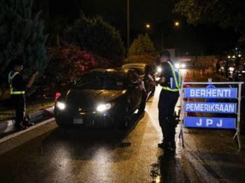 Para pegawai Jabatan Pengangkutan Jalan (JPJ) Negeri Perak memeriksa pelbagai kenderaan pada Ops Khas Bersepadu Aidilfitri di Jalan Greentown malam tadi. Ops tersebut turut disertai Agensi Anti Dadah Kebangsaan, (AADK). - FOTO BERNAMA