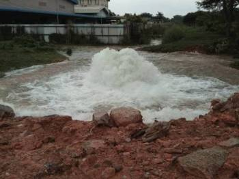 Kira-kira 155,410 akaun pengguna di sekitar Klang dan Kuala Langat terjejas bekalan air berikutan kejadian paip pecah di Setia Alam pagi tadi
