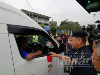 Abdul Hamid bertemu pengguna jalan raya sempena Kempen Balik Kampung Ops Selamat 15 sempena Aidilfitri di Plaza Tol Gombak hari ini.