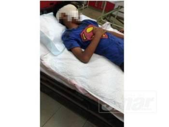 Muhammad Isyraf Firdaus mengalami buta mata kanan selepas terkena serpihan mercun bola yang meletup di Tanjung Batu, Nenasi, petang kelmarin.