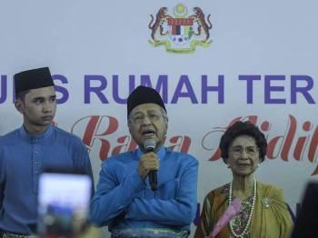 Perdana Menteri Tun Dr Mahathir Mohamad berucap pada Majlis Rumah Terbuka Aidilfitri Perdana Menteri dan Ahli Jemaah Menteri di Seri Perdana hari ini. - Foto Bernama