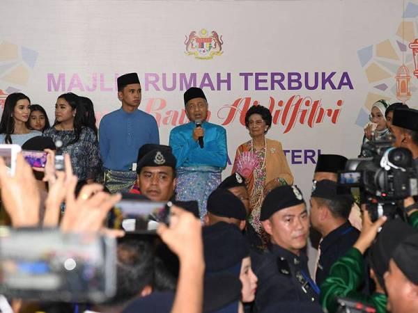 Perdana Menteri Tun Dr Mahathir Mohamad bersama isteri Tun Dr Siti Hasmah Mohd Ali hadir pada Majlis Rumah Terbuka Aidilfitri Perdana Menteri dan Ahli Jemaah Menteri di Seri Perdana hari ini. - Foto Bernama