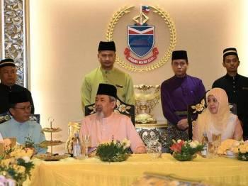 Yang Dipertua Negeri Sabah Tun Juhar Mahiruddin (duduk tengah) bersama Ketua Menteri Sabah Datuk Seri Mohd Shafie Apdal (duduk kiri) pada Rumah Terbuka Hari Raya Yang Dipertua Negeri Sabah di Istana Negeri hari ini. - Foto Bernama
