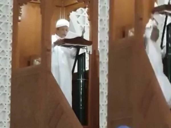 Ustaz Ku Yaacob menyampaikan khutbah Jumaat sebelum rebah di Masjid Al-Bukhary di Jalan Langgar, hari ini. - Foto: Ihsan pembaca