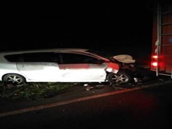 Keadaan kereta Perodua Alza yang dinaiki mangsa remuk dibahagian hadapan selepas bertembung dengan Perodua Myvi di Jalan Gerik - Jeli, semalam.