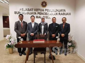 Latheefa (tengah) memulakan tugasnya sebagai Ketua Pesuruhjaya SPRM hari ini.