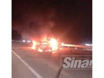 Kebakaran melibatkan dua kenderaan dalam kemalangan tersebut.