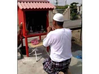 'Pak lebai' sembah tokong mengundang pelbagai reaksi daripada orang ramai selepas rakaman video tular sejak kelmarin.