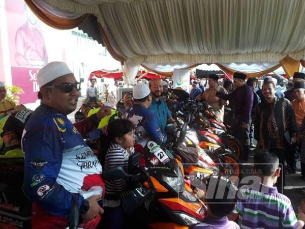 Perserta bersama ahli keluarga sebelum pelepasan Ride To Hajj 2.0 yang disempurnakan Mukhriz di pekarangan Dewan Seri Mentaloon, Alor Setar.